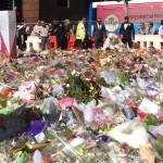Bride places bouquet at Martin Place memorial, Internet breaks